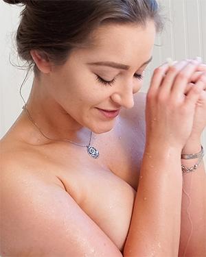 Dani Daniels bubble bath