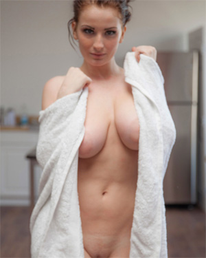 Emmy Sinclair Sexy Shower Cosmid