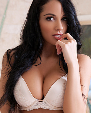 Hailey Lynzz Busty Brunette Playmate