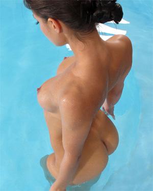Lexa Poolside In The Crack