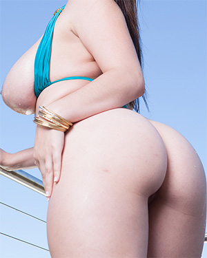Noelle Easton Takes Off Her Bikini