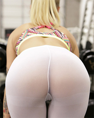 Power pussy naked in the gym