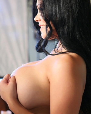 Satinee Capona Busty Candids