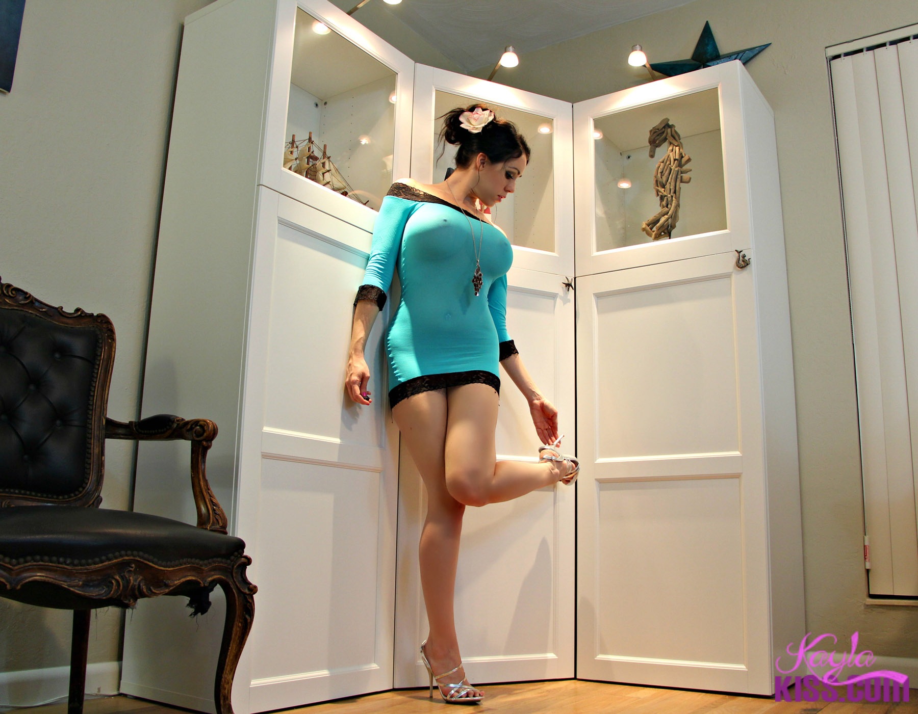 Nude girl kissing on feet — img 15