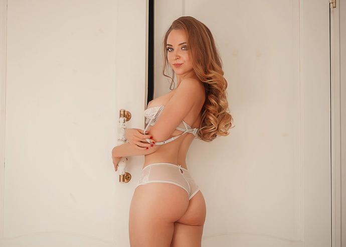 Beautiful webcam girl shows her very nice ass 7