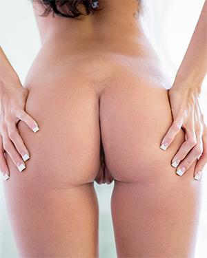 Ashlee Lynn Grabs Her Ass