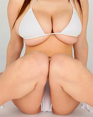 Hitomi Tanaka Busty In A Bikini